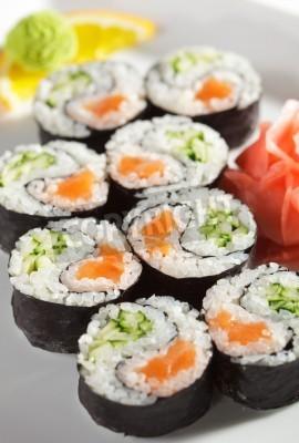 Affisch Yin Yang Maki Sushi - Roll gjord av färsk lax och gurka inuti. nori Outside