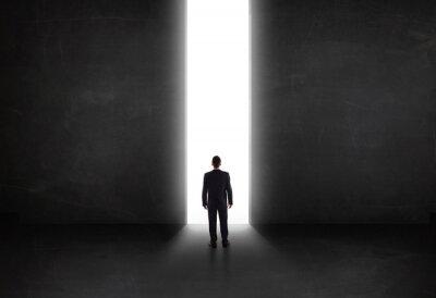 Canvastavlor Affärs person som tittar på väggen med ljus tunnel öppning