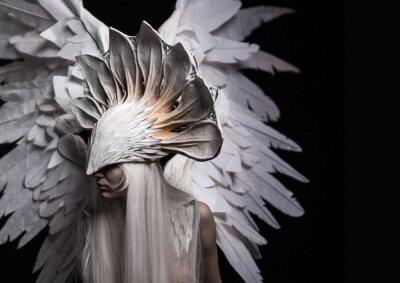 Canvastavlor Ängel, dräkt, koncept, filmisk, ett porträtt av en ung flicka och en vit peruk, som bär en stor vit mask och en stor vit vingar. Dramatisk