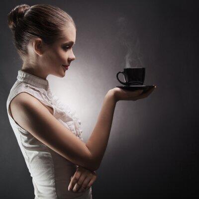 Canvastavlor Attraktiv kvinna med ett aromatiskt kaffe i handen