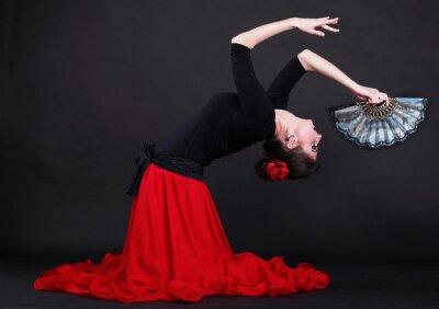 Canvastavlor Attraktiv spanska ung kvinna dansande flamenco över svart backg