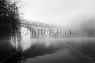 Canvastavlor Barcelos historiska del på en dimmig morgon (HDR svartvitt foto)