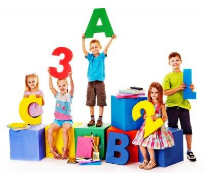 Canvastavlor Barn som sitter på kuben.