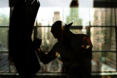 Canvastavlor Boxer träffar en boxningssäck mot fönstret, utbildning