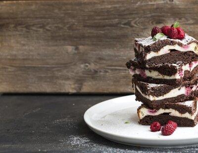 Canvastavlor Brownies-cheesecake torn med hallon på vit platta