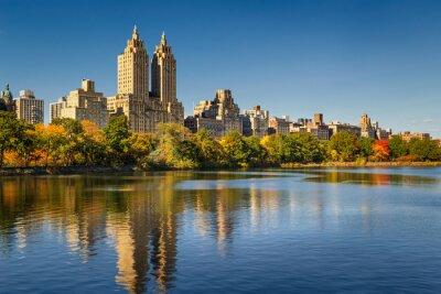 Canvastavlor Central Park och Manhattan, Upper West Side med färgglada Fall lövverk. En klar blå himmel och byggnader Central Park West speglar sig i Jacqueline Kennedy Onassis Reservoir. New York City.