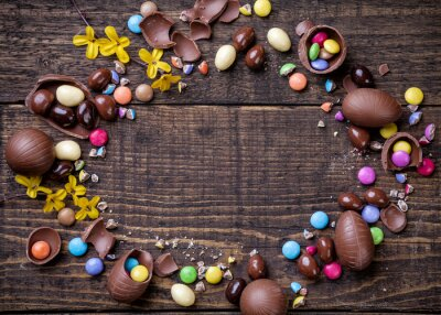 Canvastavlor Choklad påskägg och godis på trä bakgrund
