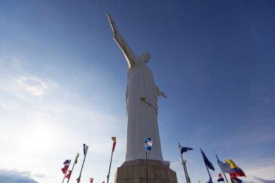 Canvastavlor Cristo del Rey staty av Cali med världen sjunker och blå himmel, Col