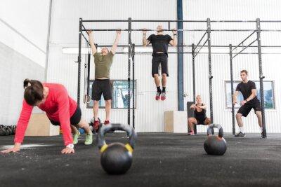 Canvastavlor Crossfit grupp tränar olika övningar
