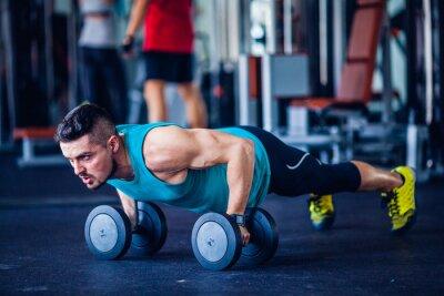 Canvastavlor Crossfit instruktör på gymmet gör armhävningar