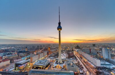 Canvastavlor Den berömda TV-tornet i Berlin vid solnedgången