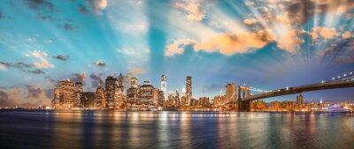 Canvastavlor Dramatisk sky över Brooklyn Bridge och Manhattan, panorama natt