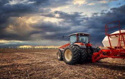 Canvastavlor En kraftfull traktor fungerar i fältet
