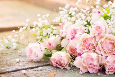 Canvastavlor En vacker bukett av rosor på rustik trä