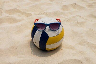 Canvastavlor en volleyboll på sommar strand med en Sunglass