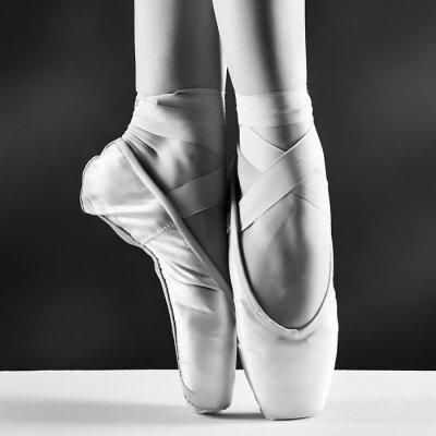 Canvastavlor Ett foto av ballerina s pointes på svart bakgrund