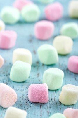 Canvastavlor Färgglada små marshmallows på trä bakgrund