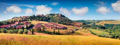 Canvastavlor Färgrik vårsikt över Pienza stad. Pittoresk morgonpanorama av Toscana, San Quirico d'Orcia, Italien, Europa. Skönhet av landsbygdsbegreppsbakgrund.