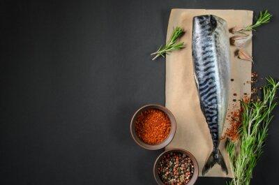 Canvastavlor Färsk fisk makrill på mörk bakgrund från ovan. Fisk med aromatiska örter och kryddor - hälsosam mat, kost eller matlagning koncept