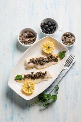 Canvastavlor fiskfilé med svarta oliver kapris och ansjovis