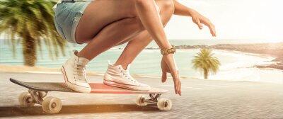 Canvastavlor Flicka cruising med sin longboard