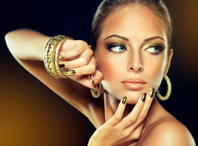 Canvastavlor Flickan med Golden smink och metall naglar.