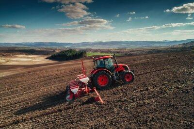 Canvastavlor Flygfoto över traktorer som arbetar på skördarfältet