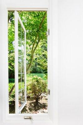 Canvastavlor Fönstret öppet soliga, sommarträdgård; fokusera på träd och utomhus