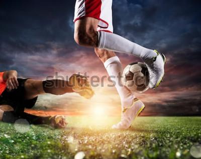 Canvastavlor Fotbollsspelare med fotboll på stadion under matchen