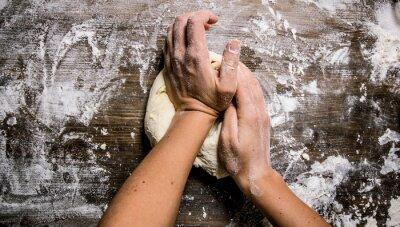 Canvastavlor Framställning av degen. Beredning av degen kvinno händer.