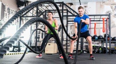 Canvastavlor Frau und Mann im Fitnessstudio mit slaget rep