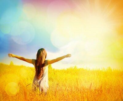 Canvastavlor Fri Lycklig kvinna njuter av naturen. Skönhet flicka utomhus.
