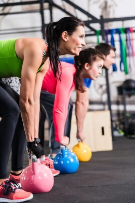 Canvastavlor Funktionell Fitness Workout im Fitnessstudio mit Kettlebell
