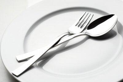 Canvastavlor gaffel och sked på vit platta