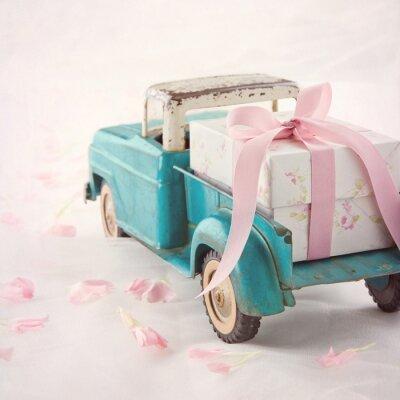 Canvastavlor Gamla antika leksak lastbil som transporterar en presentförpackning med rosa band