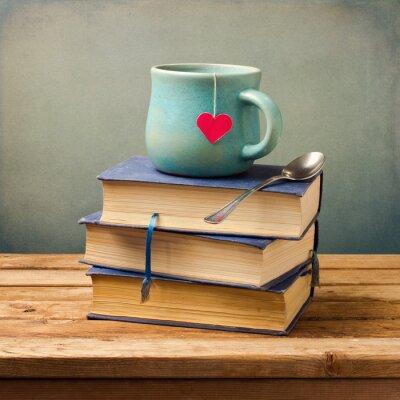 Canvastavlor Gamla vintage böcker och kopp med hjärta form på träbord
