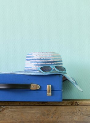 Canvastavlor gammaldags blå resväska för resor och strand hatt