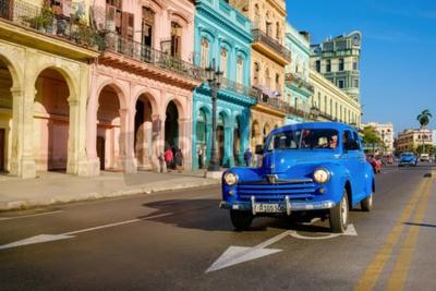 Canvastavlor Gatumotiv med gammal bil och färgglada byggnader i gamla Havanna