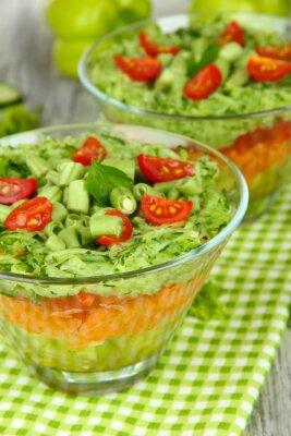 Canvastavlor God sallad med färska grönsaker på träbord