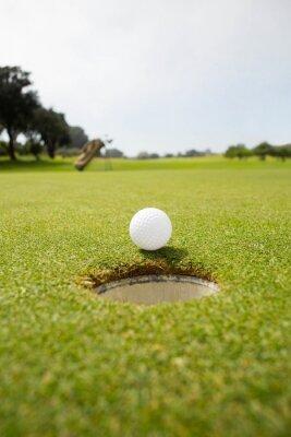 Canvastavlor Golfboll vid kanten av hålet
