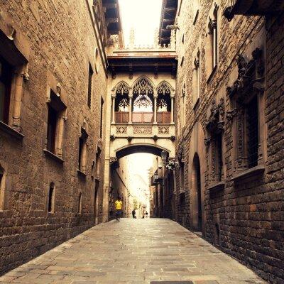 Canvastavlor Gotisk gata med båge i Barcelona nära Cathedral.