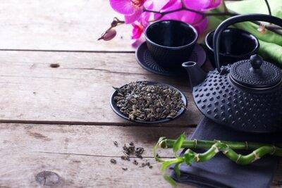 Canvastavlor Grönt te i en skål och traditionell asiatisk teservis på åldern trä
