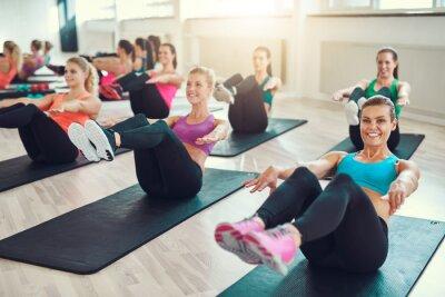 Canvastavlor Grupp av unga kvinnor som utför övning på abs