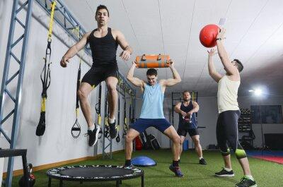 Canvastavlor Grupp människor i aktion gör crossfit övningar