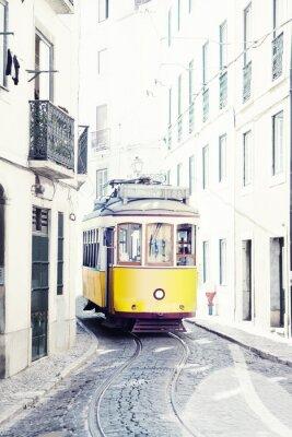 Canvastavlor gul gammal spårvagn på gatorna i Lissabon, Portugal