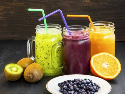 Canvastavlor Hälsosamma juicer drycker med kiwi, blåbär och apelsin