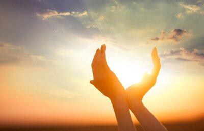 Canvastavlor händer håller solen i gryningen