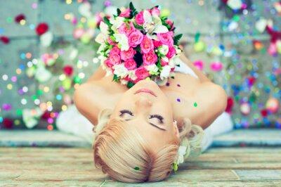 Canvastavlor Härlig blond brud med en bukett blommor