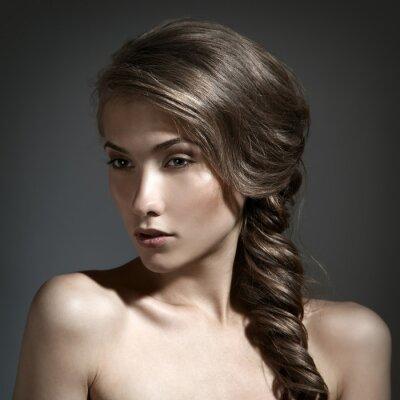 Canvastavlor Härlig ståendekvinna. Långt brunt hår