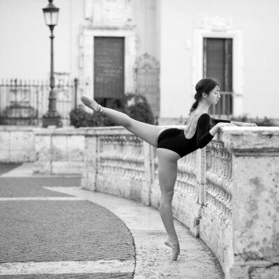 Canvastavlor Härligt ballerina dansar på Spanska trappan i Rom,